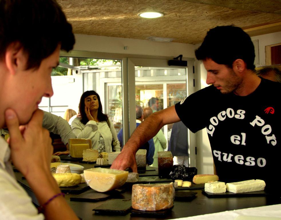 la mesa de quesos en the loaf Quesos en una pop up bakery
