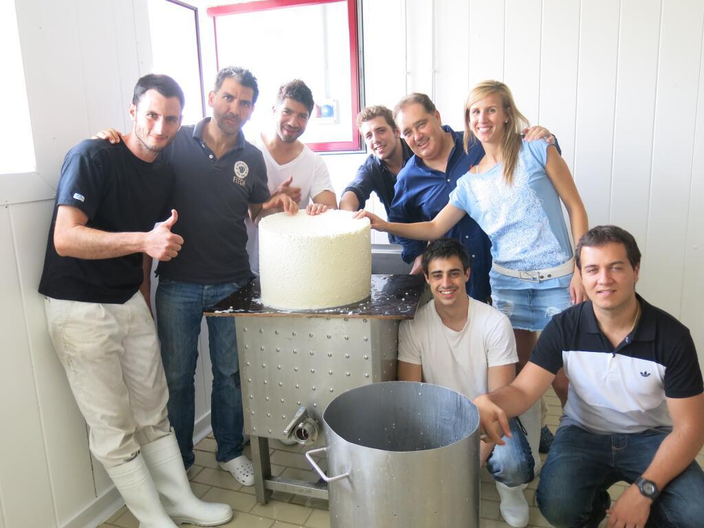 9 paco roncero en cantagrullas elaborando queso de leche cruda 2 El queso de Paco Roncero
